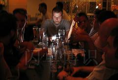 左手喝酒,右手拍照的Adam