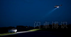 直升机下的聚光灯