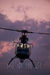 红色天空下的直升机