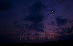 变暗的天空下拍摄直升机