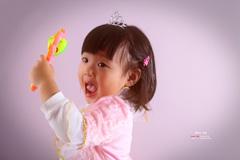 闪卓博识读者诺诺耙拍摄带着皇冠的女儿和她的魔法玩具一起玩
