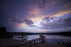 大卫·豪在佛罗里达湖畔拍摄的漂亮的亚热带晚间风景