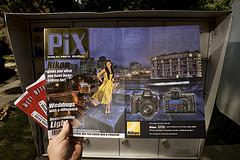 大卫·豪比自家邮箱前拍摄的PIX African Photo Journal的杂志里面的Robert Miller文章