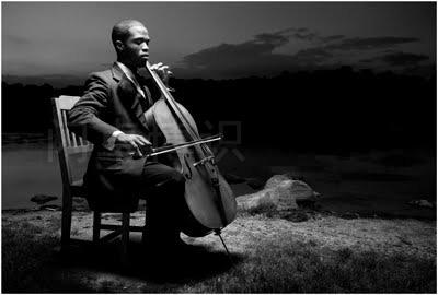 大卫·豪比为大提琴家Caleb Jones湖边拍摄的艺术感更强的黑白照