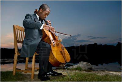 大卫·豪比为大提琴家Caleb Jones湖边布光拍摄的美丽照片