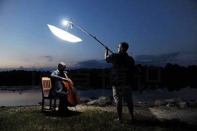 大卫·豪比为大提琴家Caleb Jones湖边拍摄时没有辅助光的布光照效果