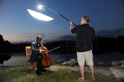 大卫·豪比为大提琴家Caleb Jones湖边拍摄时有辅助光的布光照效果