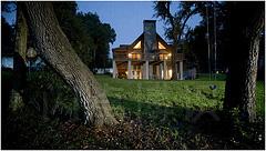 大卫·豪比用一只闪光灯从后院拍摄的暮色下温暖又明亮的房子