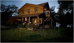 大卫·豪比用一只闪光灯拍摄的暮色下房子的前院
