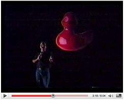 在布鲁克学院演讲台上的Dean Collins和红色的鸭子