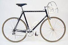 Ray Dobbins在车库自制的摄影棚里拍摄的自行车照