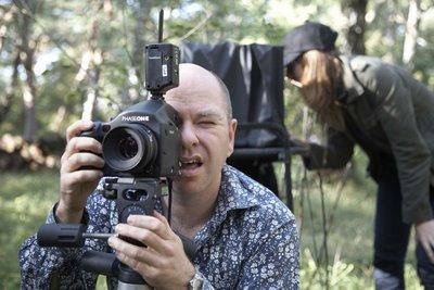 摄影师Drew Gardner在野外树木中拍摄