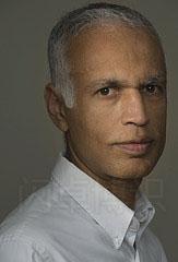 添加同轴辅助光拍摄的白头发老人的头像照