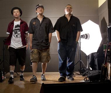 Carl McLarty在摄影棚拍摄的爽子乐队成员