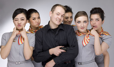 Carl McLarty拍空姐任务时与空姐的合影