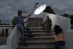 把带有闪光灯的伞悬置在拍摄对象上方拍摄