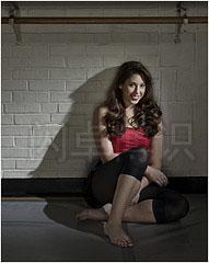 伞做辅助光拍摄的舞蹈演员Kassi Mattera