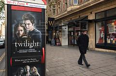 被张贴在大街小巷里暮光之城电影海报