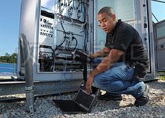 正在测试WiMAX无线城域网络设备的技术人员