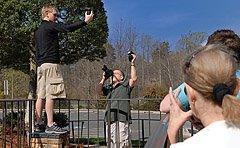 Doug拍摄的大卫·豪比在公园布光拍摄的照片