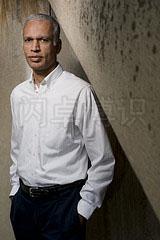 大卫·豪比在布光时将楼梯作为一个图像元素为Manil Suri拍摄的另外一种效果的肖像照