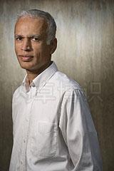 大卫·豪比以混凝土板做背景为马里兰大学的数学教授Manil Suri拍摄的肖像照