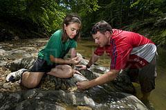 大卫·豪比为一个研究生院评估小溪水质时的布光拍摄