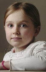 大卫·豪比在室内使用透光伞给小女孩拍摄的头像照