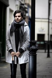 摄影师尼克•托宾在街上拍摄的穿休闲装带伞的男人