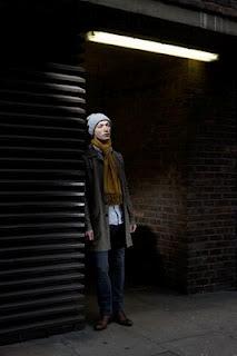 摄影师尼克•托宾在街上拍摄的带帽子有点失落的男人