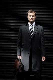 摄影师尼克•托宾在街上拍摄的提公文包的男人