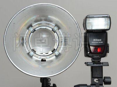 一体式影室灯与热靴闪光灯前面的发光面对比图