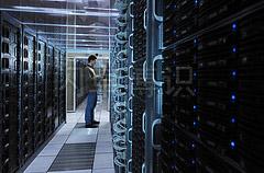 大卫·豪比拍摄的主计算机房正在过道上工作的CERN工作人员
