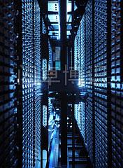 大卫·豪比在计算机中心机房拍摄的用来存放自动IBM磁带器的磁带箱