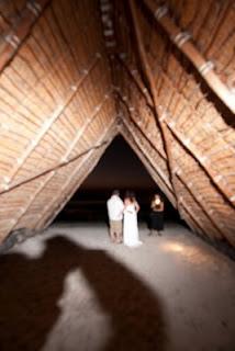 摄影师James Rubio用一个宽光束的裸灯来照亮那对新人和三角帐篷