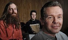 大卫·豪比在在欧洲粒子物理研究所的讲座上给三个人拍摄的集体照
