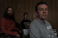 大卫·豪比降低伞的亮度后拍摄的有点暗光的三人集体照