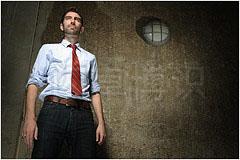 大卫·豪比使用11R标准罩在日光下为Brad拍摄的肖像照