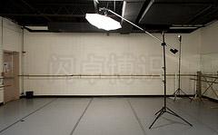 大卫·豪比在为Kassi拍摄跳舞时的布光照片