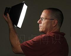 大卫·豪比自拍的与LumiQuest SoftBox III 中型柔光箱的合影
