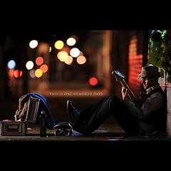 摄影师Dustin Diaz一天一拍的作品坐在墙角弹吉它的男人