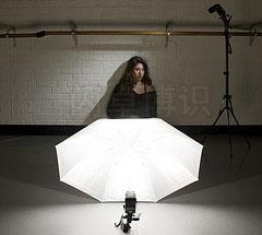 大卫·豪比使用主光是一只安了蜂巢的SB-800伞作为辅助光为舞者布光拍摄