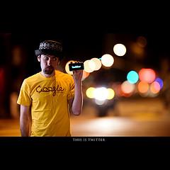 摄影师Dustin Diaz一天一拍的作品夜空的霓虹灯下一个好玩的男人