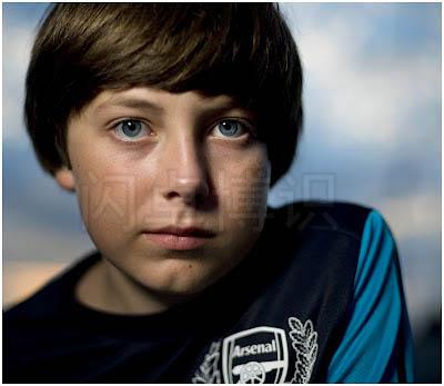 大卫·豪比使用变光工具Bounce-Wall为儿子Ben在室外拍摄的肖像照
