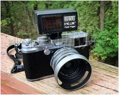 连在富士X100相机上的Wein的Sync-Link红外引闪器
