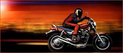 使用8 x10取景式相机拍摄的雅马哈摩托车照片