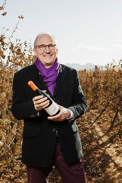 闪卓士EASONZ.com在葡萄酒庄园拍摄的抱着葡萄酒的老人