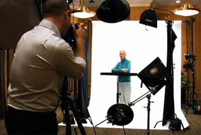 安德鲁•扎克曼为一位年过65岁的重要人物拍照