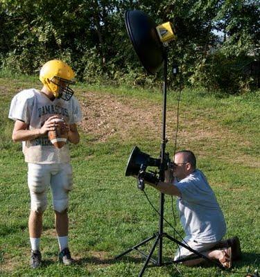 Dave Kile拍摄的正在为橄榄球队员拍摄肖像照的大卫·豪比布光图