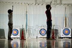 大卫·豪比拍摄正在体育馆练习射箭的学生